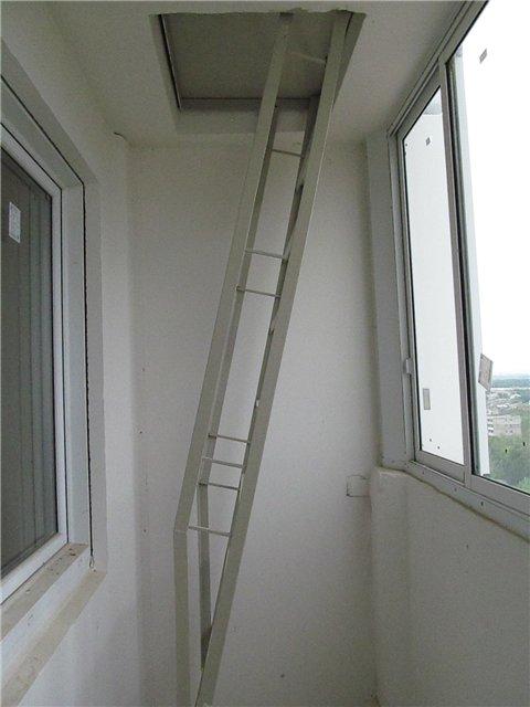 Складная лестница на балкон домов серии п44т.